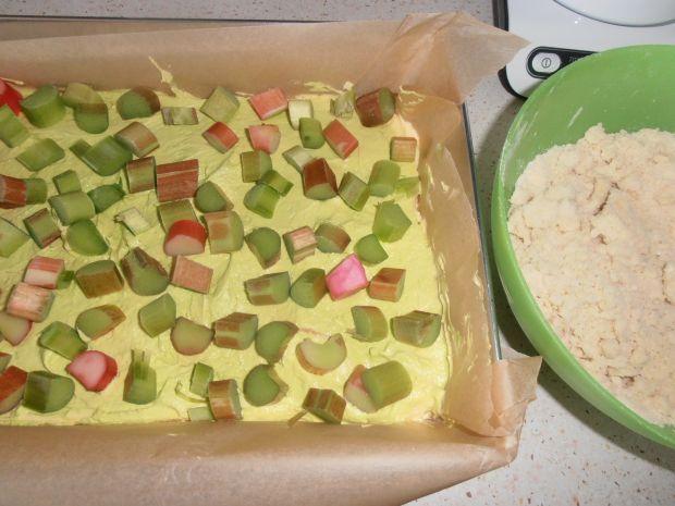Ucierane ciasto z rabarbarem i kruszonką