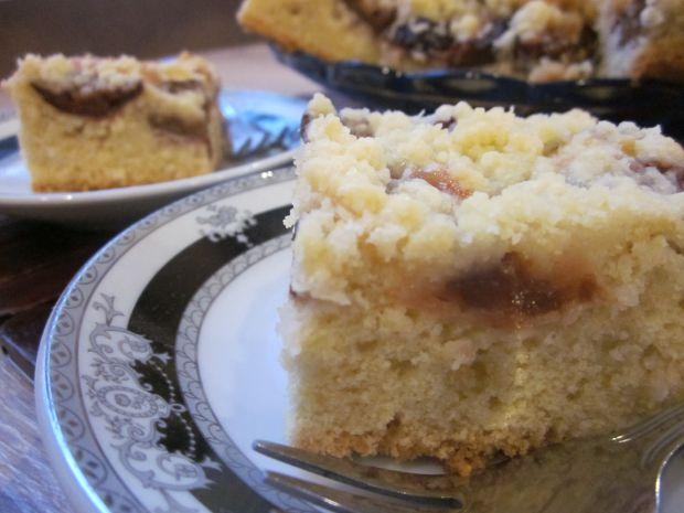 Ucierane ciasto ze śliwkami i orzechami