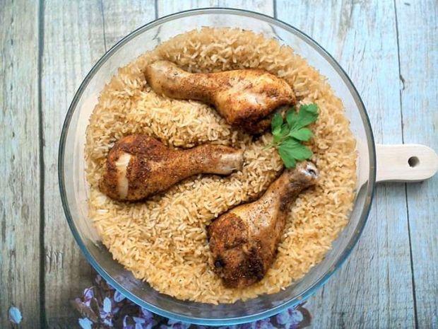 Udka kurczaka pieczone na ryżu
