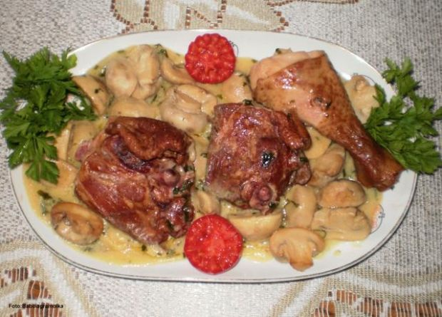 Udka wędzonego kurczaka z pieczarkami