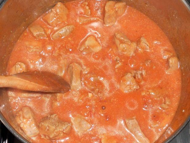 Udziec indyczy w sosie pomidorowym