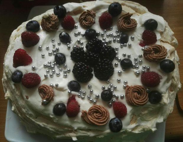 Urodzinowa beza z owocami