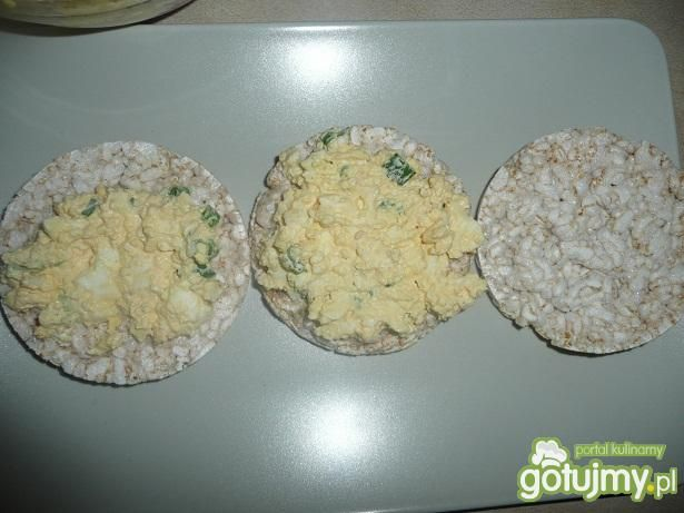Wafle ryżowe z pastą jajeczną