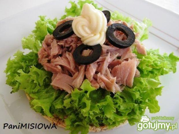 Wafle z tuńczykiem i czanymi oliwkami
