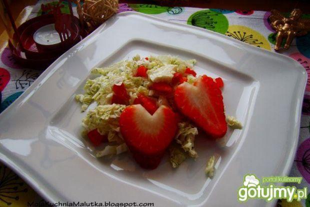 Walentynkowa sałatka z truskawkami