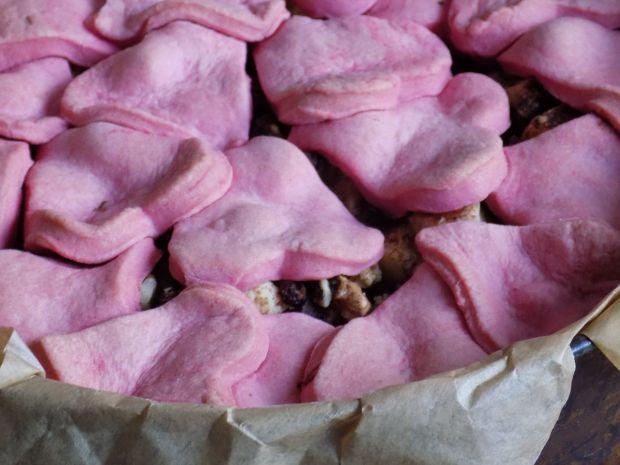Walentynkowa szarlotka z kawałkami jabłek