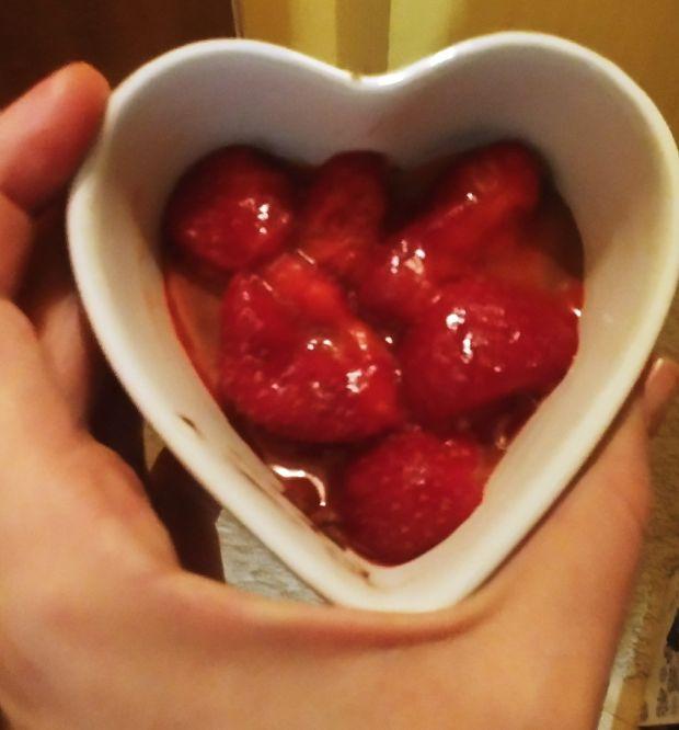 Walentynkowy deser czekoladowo-truskawkowy