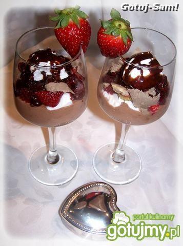 Walentynkowy deser z bitą śmietaną