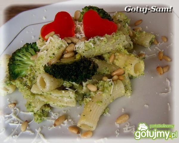 Walentynkowy makaron z brokułowym pesto.