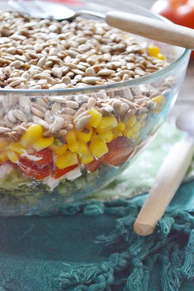 Warstwowa sałatka z brokuełem i słonecznikiem