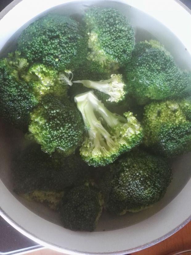 Warstwowa sałatka z brokułami