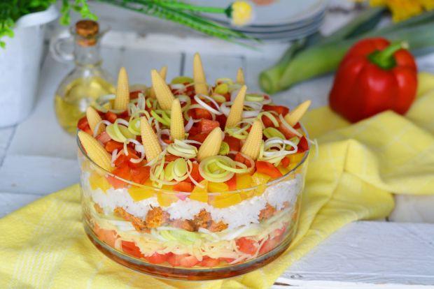 Warstwowa sałatka z brzoskwinią, kolbami kukurydzy