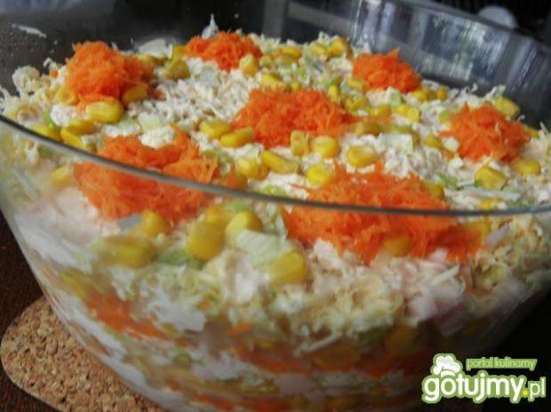 Warstwowa sałatka z marchewką.