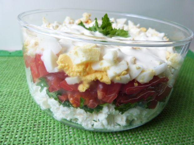 Warstwowa sałatka z pomidorami i serem