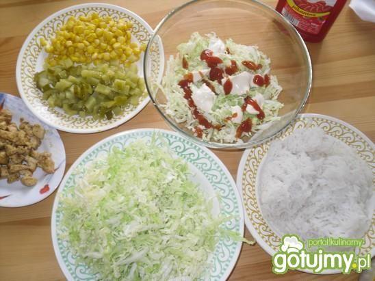 Warstwowa sałatka z ryżem i kurczakiem