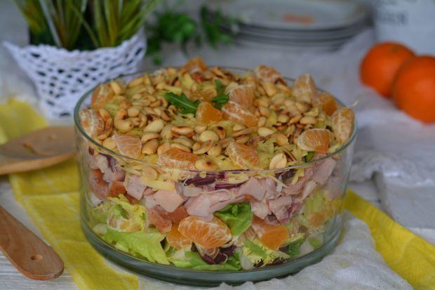 Warstwowa sałatka z wędzonym kurczakiem i mandaryn