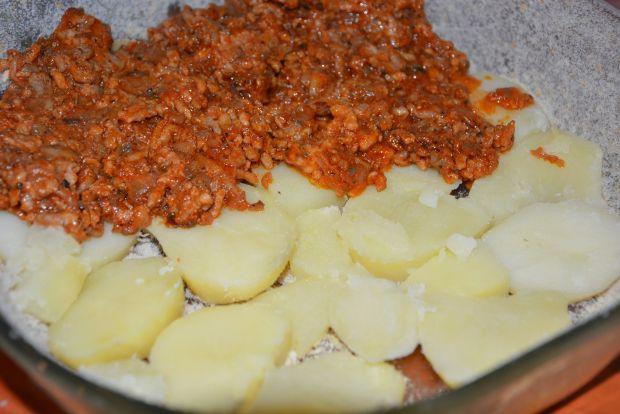 Warstwowa zapiekanka ziemniaczana z mięsem mielony