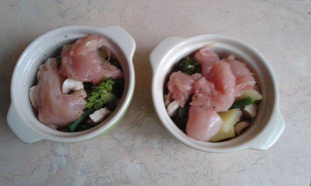 Warzywa i pierś z kurczaka pod pierzynką