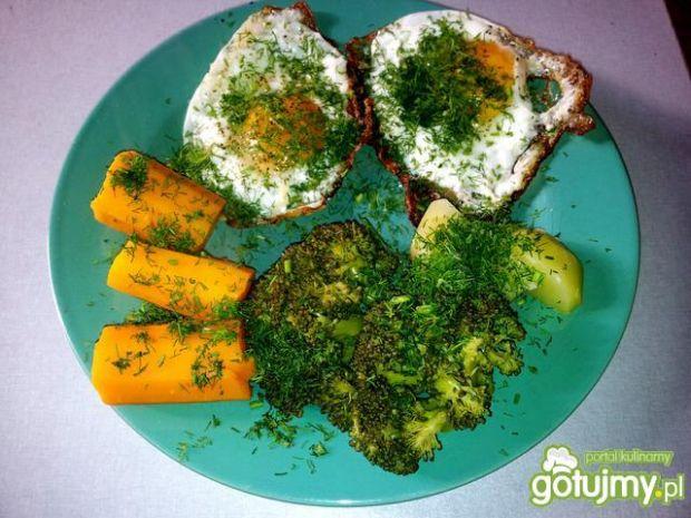 Warzywa na parze i sadzone jajka