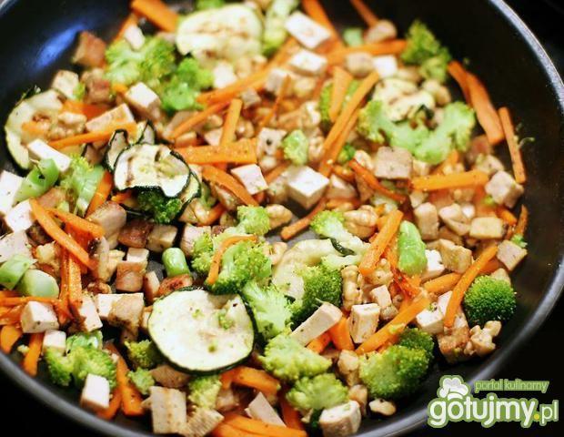 Warzywa stir-fry z tofu z nutą imbiru