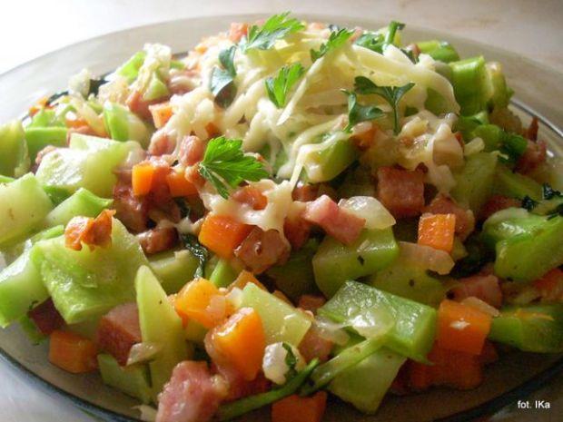 Warzywa z kiełbasą i serem