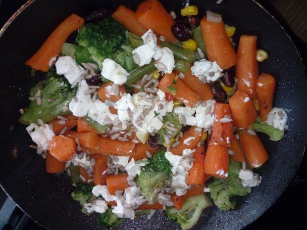 Warzywa z serem feta i słonecznikiem