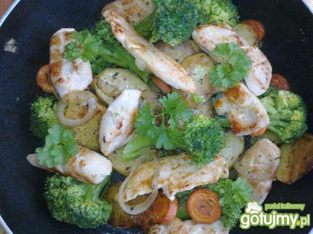 Warzywa z ziołami i kurczakiem