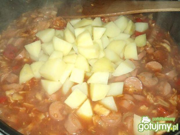 Warzywna pikantna potrawka z parówką