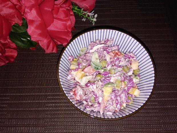 Warzywna sałatka z czerwoną kapustą pekińską