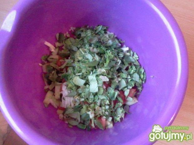 Warzywna sałatka z jajkiem i fetą