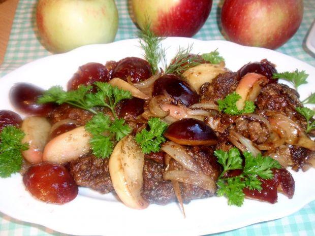 Wątróbka drobiowa z jabłkiem i sliwką