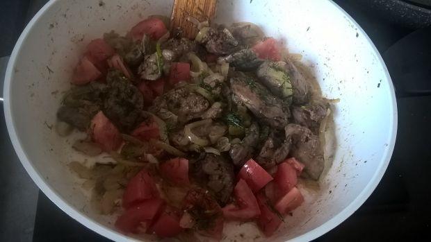 Wątróbka duszona z cebulą, pomidorami i koperkiem