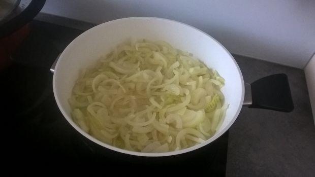 Wątróbka indycza z cebulą, gruszką i żurawiną
