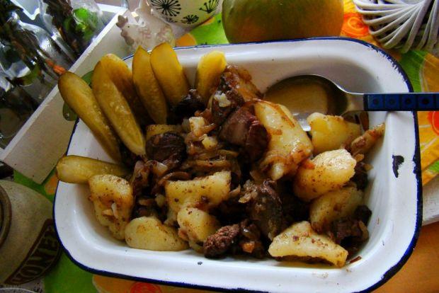 Watróbka z cebulą i młodymi ziemniakami