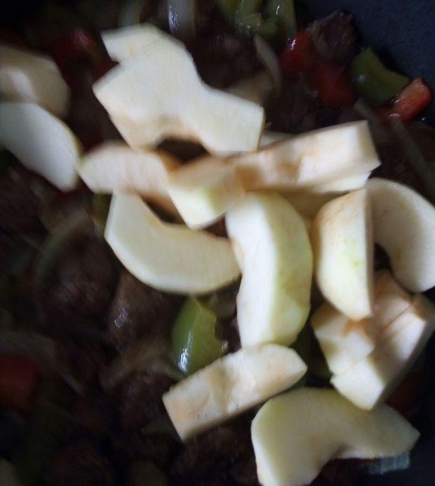 Wątróbka z jabłkami i papryką