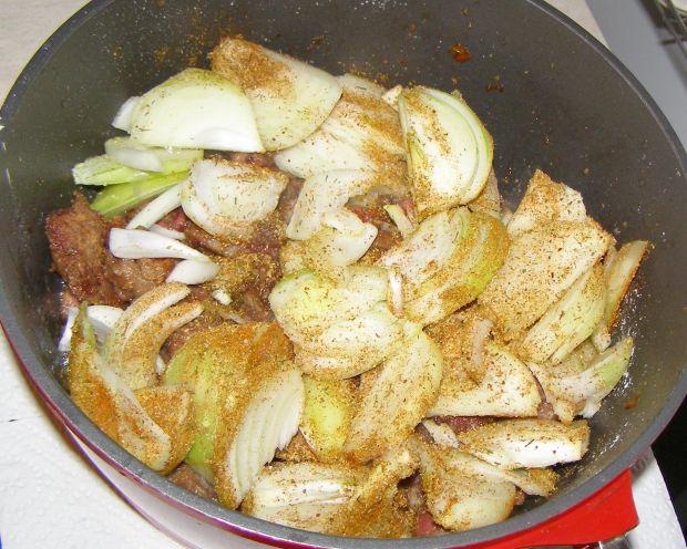 Wątróbka z kurczaka w cebuli i jabłkach