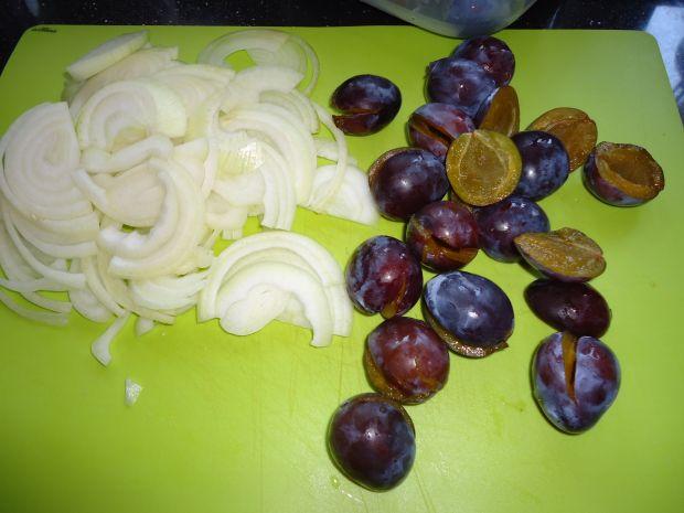 Wątróbka ze śliwkami i cebulką