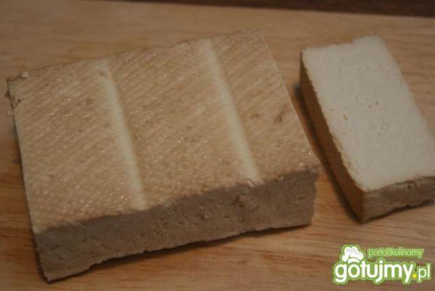 Wędzone tofu w wiórkach kokosowych