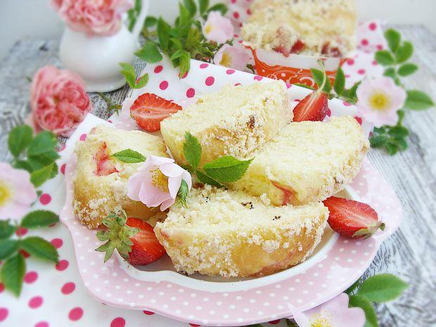 Weekendowe drożdżowe ciasto z truskawkami