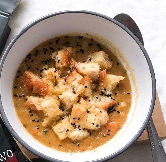 Wegetariańska zupa cebulowa z grzankami