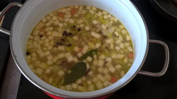 Wegetariańska zupa z białych szparagów