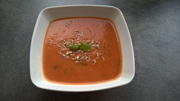 Wegetariański krem pomidorowy ze świeżą bazylią