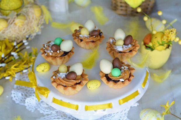 Wielkanocne babeczki z kolorowymi jajeczkami