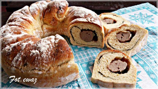 Wieńcowy chleb z tatarem i szpinakiem