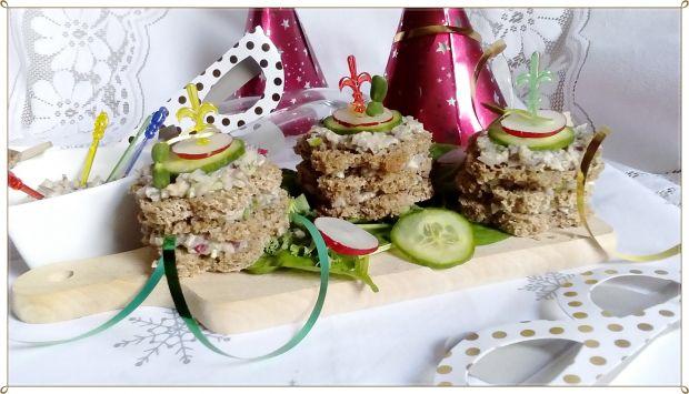 Wieżyczki z pastą śledziową z warzywami i kiełkami