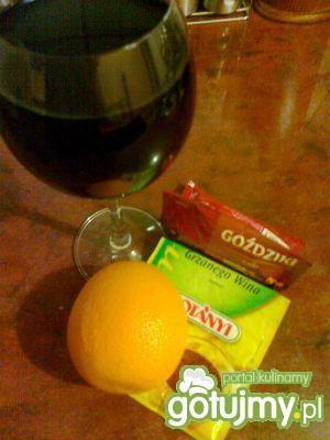 Wino grzane z pomarańczą i goździkami
