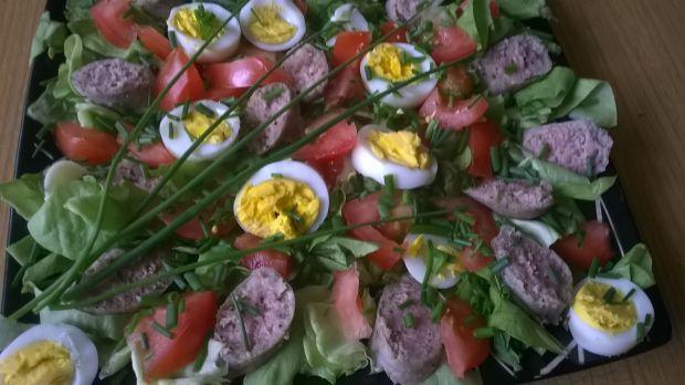 Wiosenna sałatka z białą kiełbasą