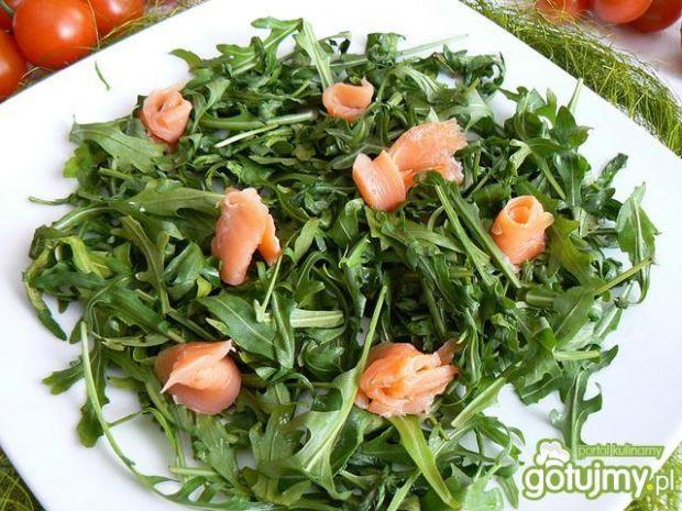 Wiosenna sałatka z fetą i łososiem