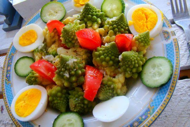 Wiosenna sałatka z kalafiorem romanesco
