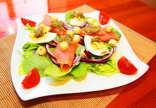 Wiosenna sałatka z łososiem i bazyliowym pesto